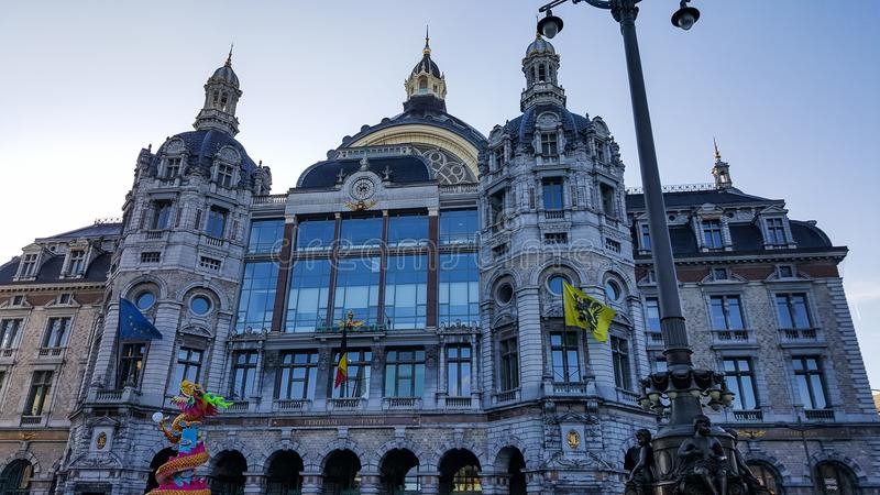 Amberes/Bélgica - 3 de diciembre de 2016: Estación de tren central de Amberes fotografía de archivo libre de regalías