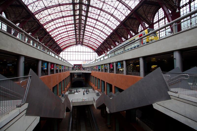 Amberes, Bélgica - 19 de junio de 2011: Arquitectura del ferrocarril central de Amberes fotografía de archivo libre de regalías