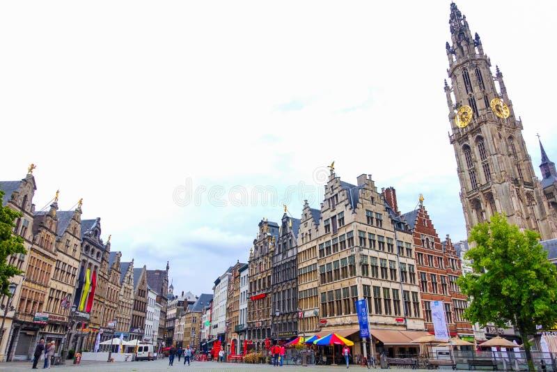 Amberes, Bélgica 13 de junio de 2016: Edificios históricos hermosos en Amberes imagenes de archivo