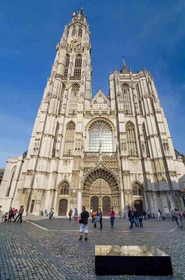 Amberes, Bélgica - 10 de mayo de 2015: Catedral turística de la visita de nuestra señora en Amberes, Bélgica imagen de archivo libre de regalías