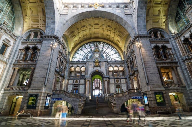 Amberes, Bélgica - 11 de mayo de 2015: Gente en el hall de entrada de la estación de la central de Amberes fotografía de archivo libre de regalías