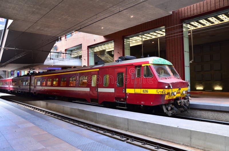 Amberes, Bélgica - 11 de mayo de 2015: Tren belga en la estación de la central de Amberes imágenes de archivo libres de regalías