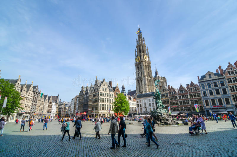 Amberes, Bélgica - 10 de mayo de 2015: Visita turística Grand Place en Amberes, Bélgica fotos de archivo libres de regalías