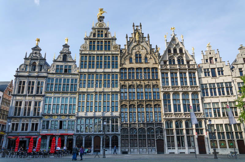 Amberes, Bélgica - 10 de mayo de 2015: Visita turística Grand Place en Amberes, Bélgica imagen de archivo