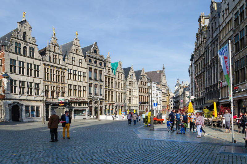 Amberes, Bélgica - 10 de mayo de 2015: Visita turística Grand Place en Amberes, Bélgica fotos de archivo