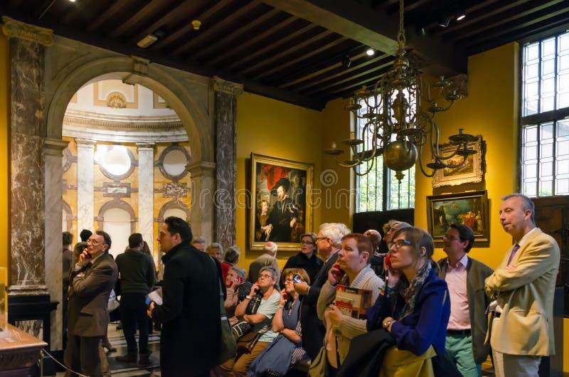Amberes, Bélgica - 10 de mayo de 2015: Visita turística Rubenshuis en Amberes foto de archivo