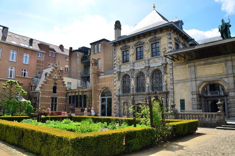 Amberes, Bélgica - 10 de mayo de 2015: Visita turística Rubenshuis (Rubens House) en Amberes fotografía de archivo libre de regalías