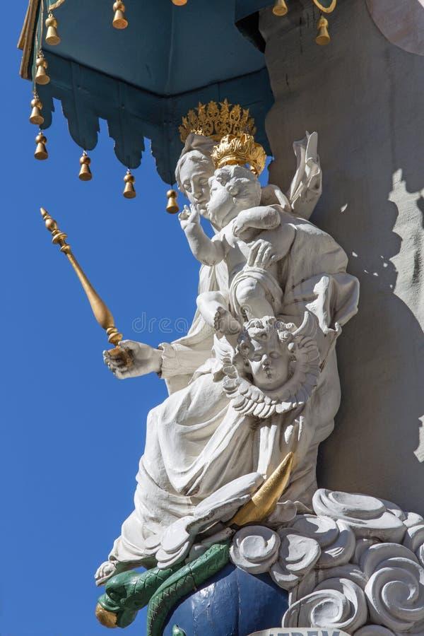 AMBERES, BÉLGICA - 4 DE SEPTIEMBRE: Madonna barroco de la fachada de la casa foto de archivo