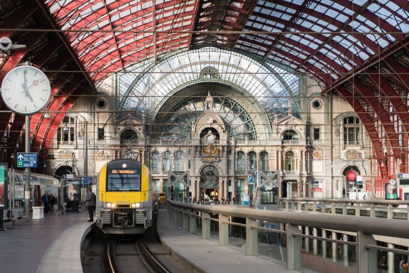 2018-10-01 Amberes, Bélgica: Las plataformas y el pasillo del tren con hierro y vidrio saltaron techo de la estación de la centra foto de archivo