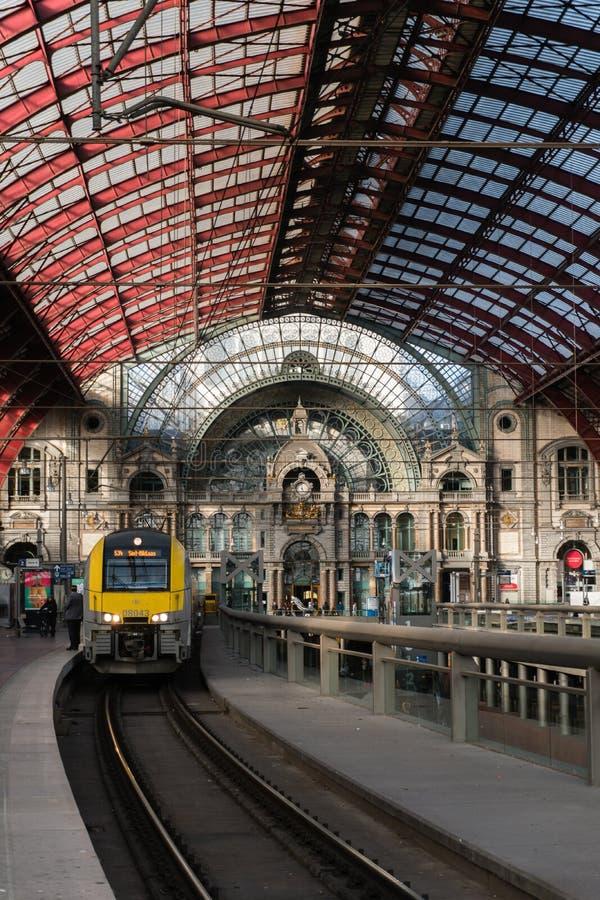 2018-10-01 Amberes, Bélgica: Las plataformas y el pasillo del tren con hierro y vidrio saltaron techo de la estación de la centra foto de archivo libre de regalías