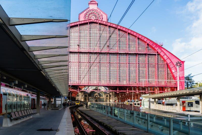 2018-10-01 Amberes, Bélgica: Opinión exterior sobre la cámara acorazada de cristal del pasillo del tren de la estación de la cent fotos de archivo libres de regalías