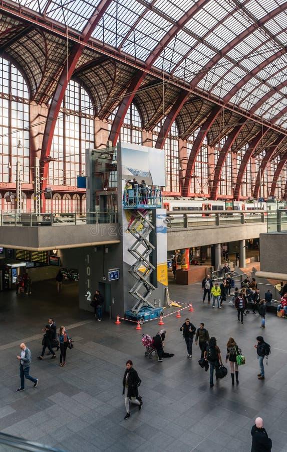 Amberes, Bélgica - 2018-10-01: Trabajo en un alto de la plataforma de andamio sobre la tierra foto de archivo