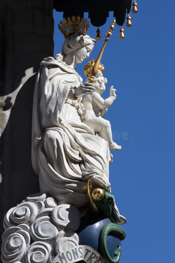 Amberes - estatua de Madonna barroco de la fachada de la casa imagen de archivo libre de regalías