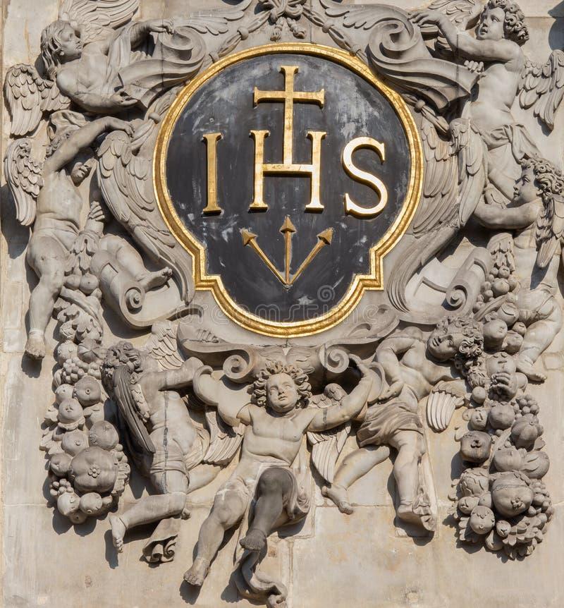 Amberes - heráldica barroca de las jesuitas al oeste del portal de la iglesia barroca del santo Charles Boromeo fotografía de archivo
