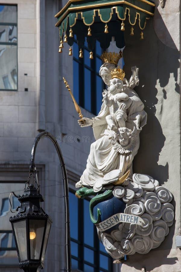 Amberes - Madonna barroco de la fachada de la casa fotos de archivo