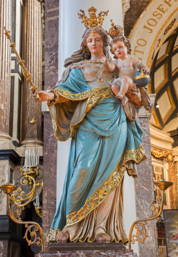 Amberes - Madonna tallado Barroco en iglesia del St. Charles Borromeo imagenes de archivo
