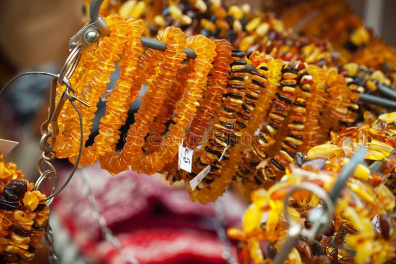 Amberparels en armbanden op de teller stock foto's