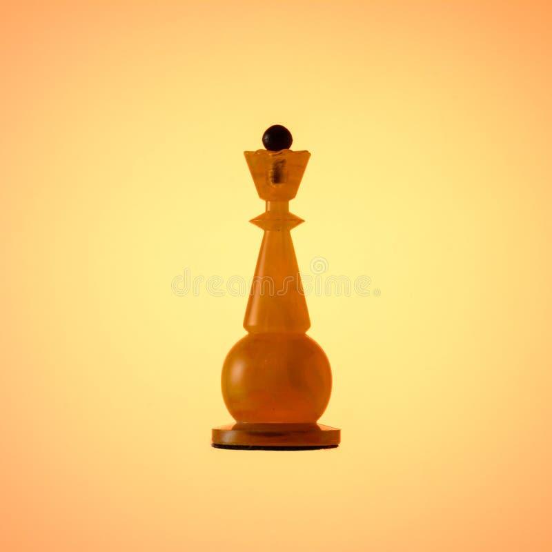 Amberschaakreeks Schaakstuk Witte Koningin op gouden gradiëntachtergrond stock afbeelding