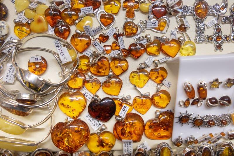 Ambertegenhangers, halsbanden, parels en armbanden voor verkoop bij de ambachtsmarkt royalty-vrije stock afbeeldingen