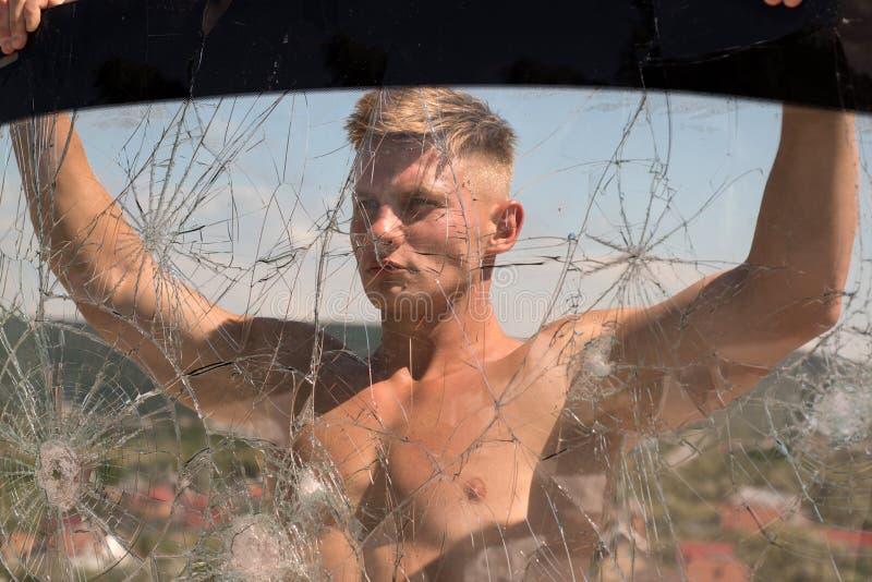 Ambicja może ruszać się góry Silnego mężczyzny chwyta krakingowy szkło Sporta mężczyzna z mięśniową siłą Sporta szkolenie target1 obrazy royalty free