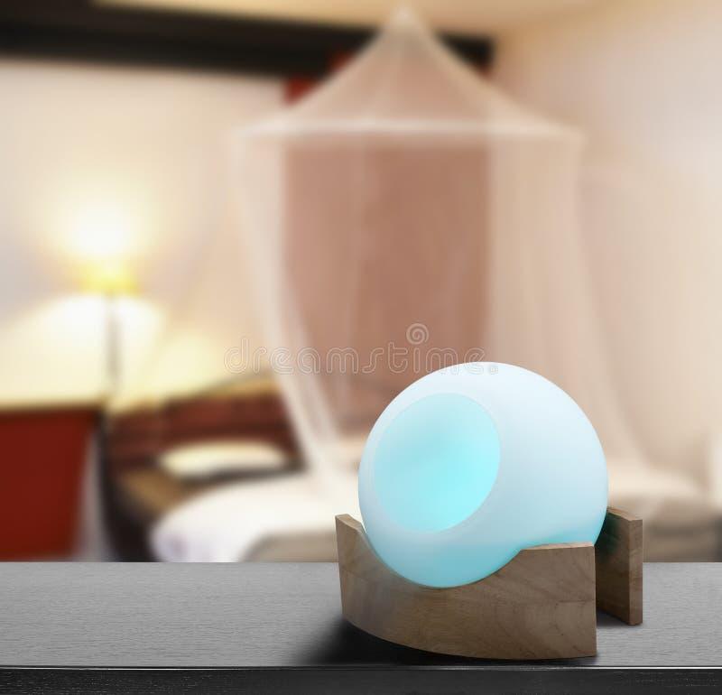 Ambientador de aire coloreado en el envase de cristal en dormitorio del vintage de Cosi fotos de archivo libres de regalías