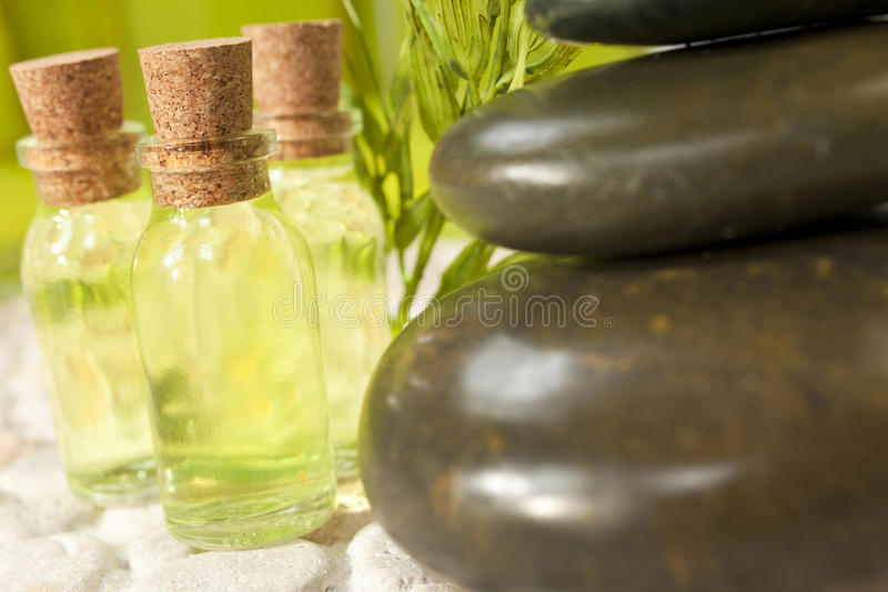 Ambiente caliente de las piedras y de las botellas del masaje del balneario fotos de archivo libres de regalías