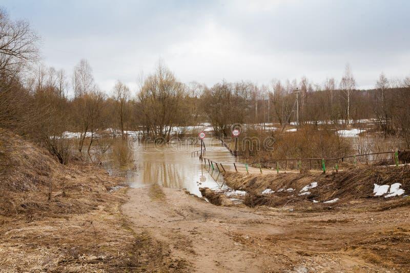 Ambiente de la inundación del puente del río de la carretera nacional, inundación, desastre natural fotos de archivo libres de regalías