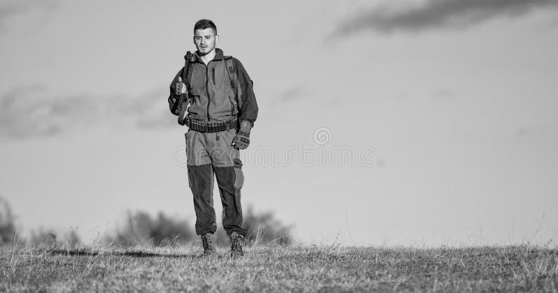 Ambiente de la naturaleza de la caza del individuo Arma o rifle del arma de la caza Afici?n de la caza Actividad masculina de la  imagenes de archivo
