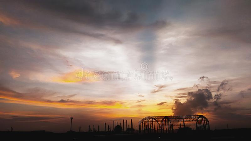 Ambiente del día por la mañana, calma de la ciudad antes del fondo del paisaje de la salida del sol fotos de archivo