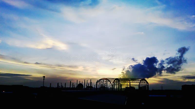 Ambiente del día por la mañana, calma de la ciudad antes del fondo del paisaje de la salida del sol imagenes de archivo