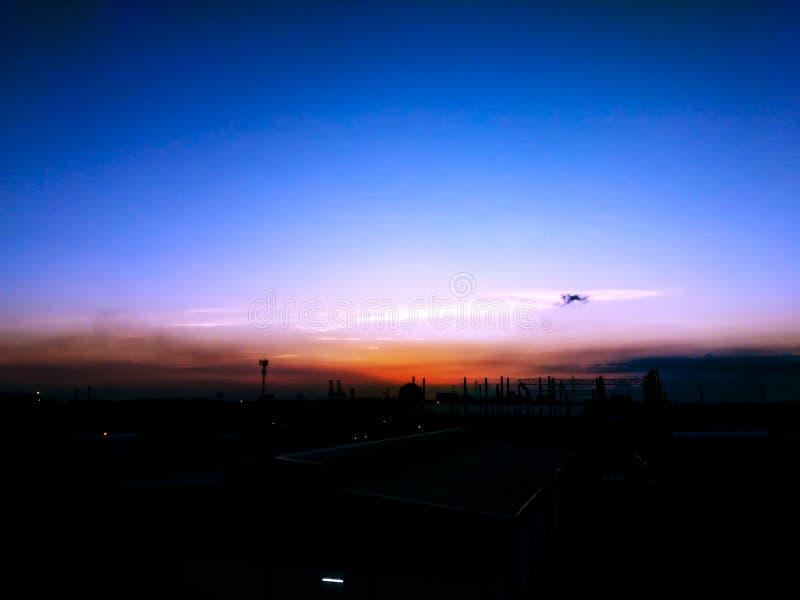 Ambiente del día por la mañana, calma de la ciudad antes del fondo del paisaje de la salida del sol foto de archivo libre de regalías