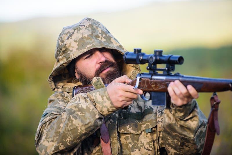 Ambiente della natura di caccia del tipo Fondo barbuto della natura del fucile del cacciatore L'esperienza e la pratica presta la immagine stock libera da diritti