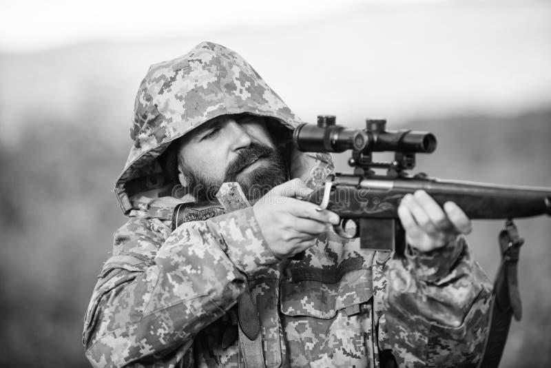 Ambiente della natura di caccia del tipo Fondo barbuto della natura del fucile del cacciatore L'esperienza e la pratica presta la immagini stock libere da diritti