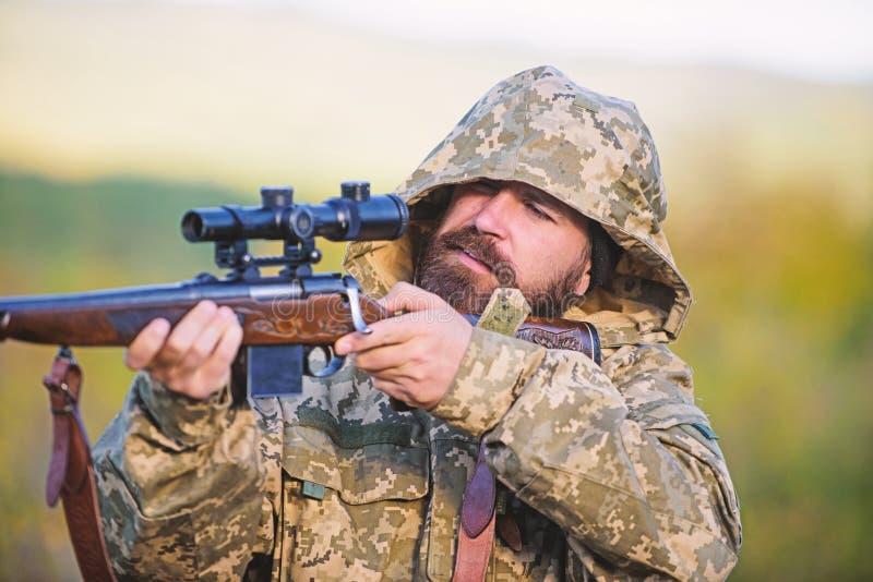 Ambiente della natura di caccia del tipo Fondo barbuto della natura del fucile del cacciatore L'esperienza e la pratica presta la fotografie stock
