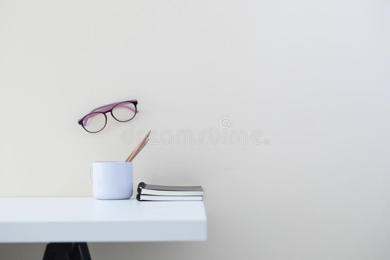 Ambiente di lavoro moderno del ` s dell'ufficio con articoli per ufficio fotografie stock
