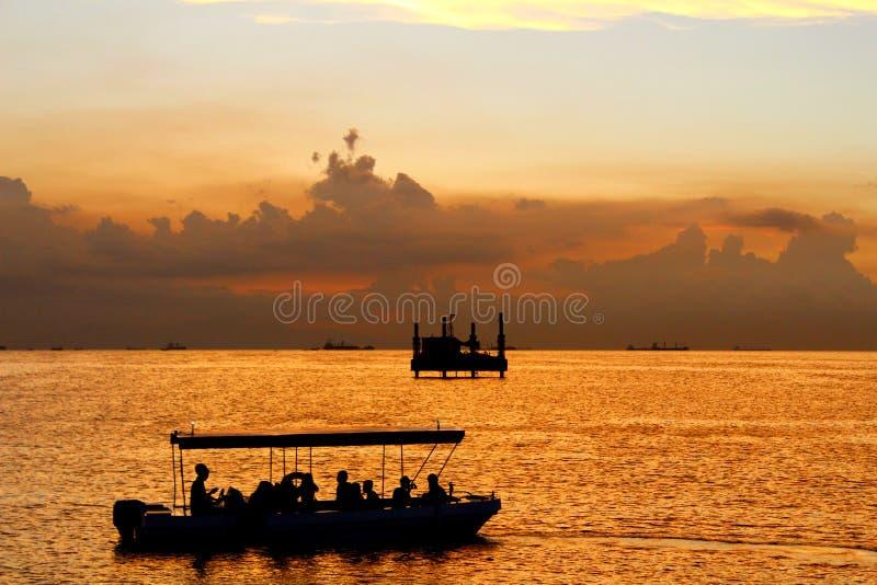 Ambiente libre de la tensión y puesta del sol asombrosa fotografía de archivo