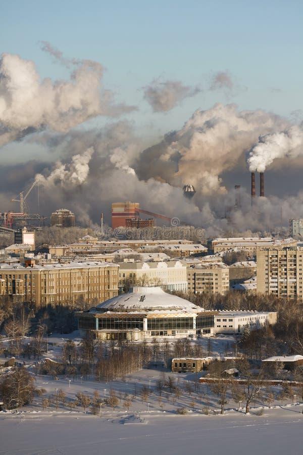 Ambiente pobre na cidade Desastre ambiental Emissões prejudiciais no ambiente Fumo e poluição atmosférica imagem de stock royalty free