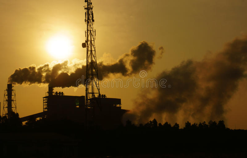 Ambiente poluído da fábrica na zona industrial imagens de stock