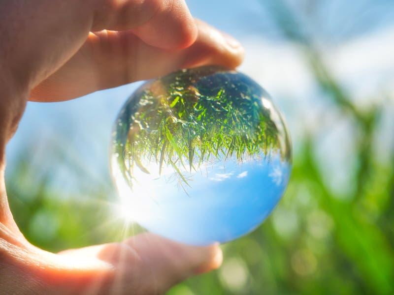 Ambiente verde en sus manos fotos de archivo libres de regalías