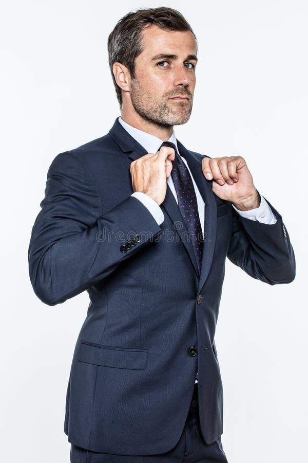 Ambitiös affärsman som uttrycker stolthet, makt, framgång med inställning och överlägsenhet royaltyfri foto