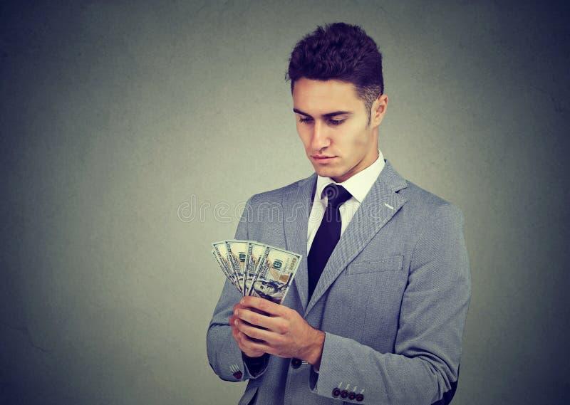 Ambitiös ung affärsman med pengar royaltyfria bilder