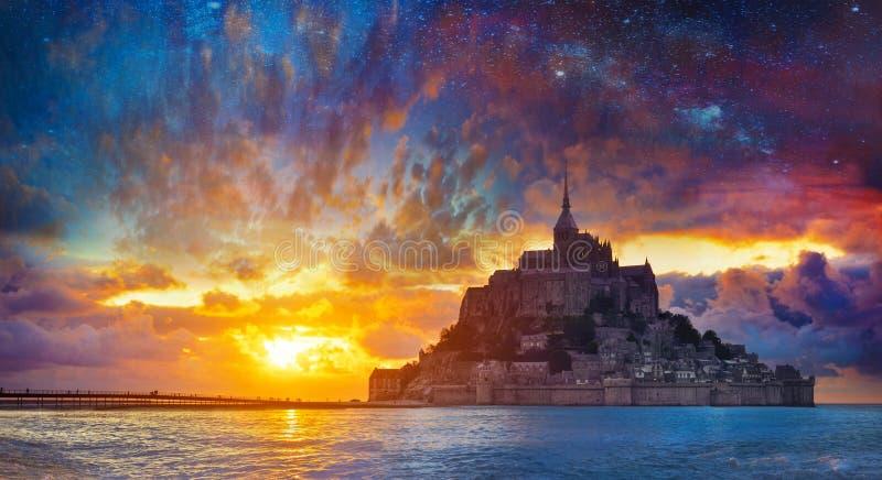 Ambiti di provenienza astratti di fantasia con il libro magico Castello magico Mont Saint Michel france fotografie stock libere da diritti