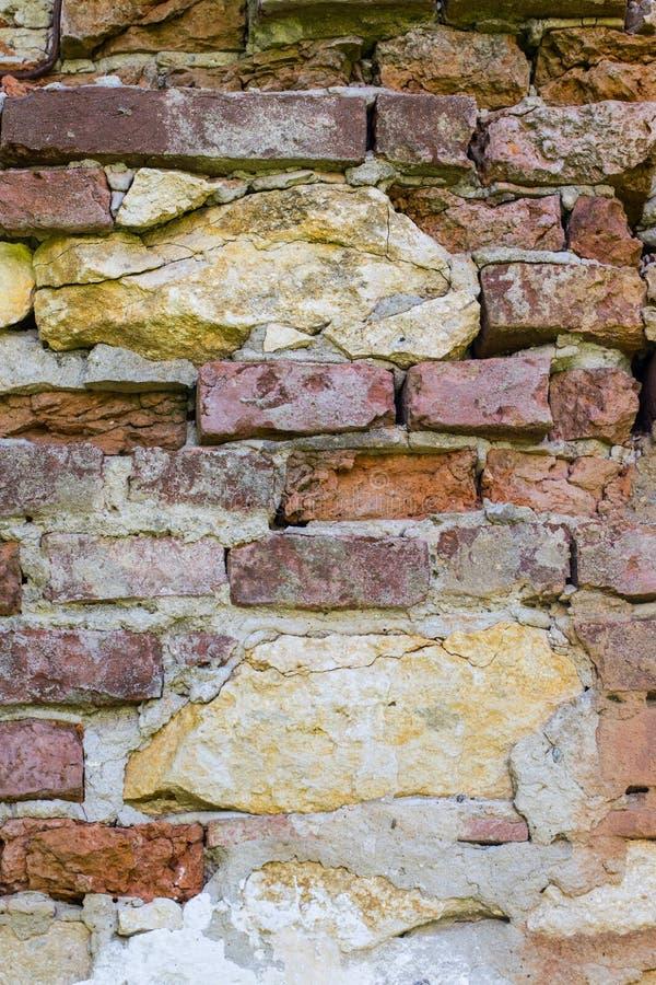 Ambiti di provenienza astratti: muro di mattoni rosso rovinato antico con le pietre calcaree immagini stock libere da diritti