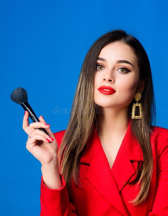 Ambitieus en mooi Schoonheid en manier Juwelenoorringen Meisje in rood jasje haarschoonheid en kappersalon royalty-vrije stock fotografie