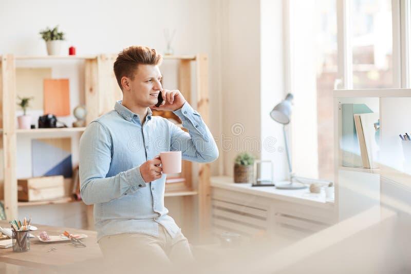 Ambitieuze jonge manager die telefonisch spreekt royalty-vrije stock fotografie