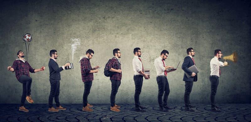 Ambitieuze jonge mens die zijn beroep veranderen die een succes bereiken stock foto