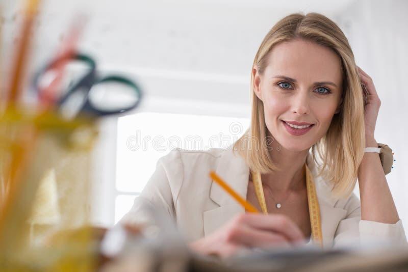 Ambitieuze vrouwelijke meer couturier verbeterende schets royalty-vrije stock afbeeldingen