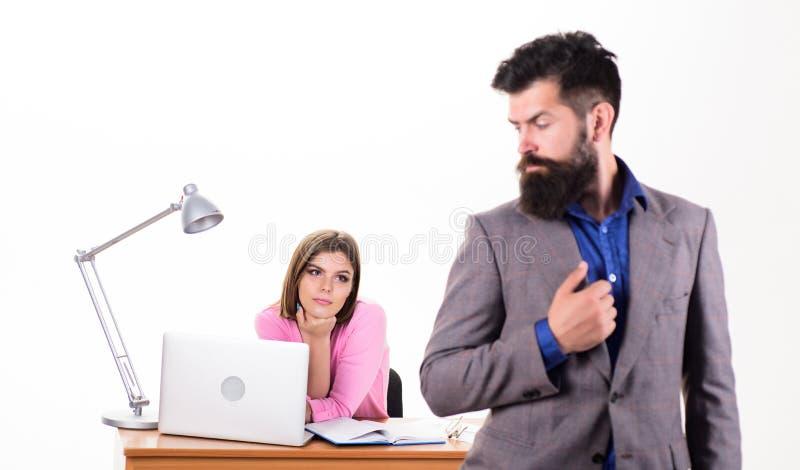 Ambitna dama Seksowny kobieta szef i samiec pracownik pracuje wpólnie Ładna kobieta patrzeje brodatego mężczyzny w biurze zdjęcia stock