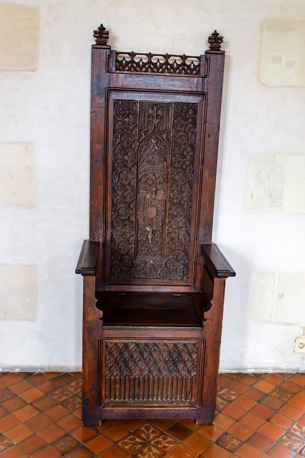 AMBOISE, FRANCJA - OKOŁO CZERWIEC 2014: Drewniany tron w kasztelu Amboise fotografia stock