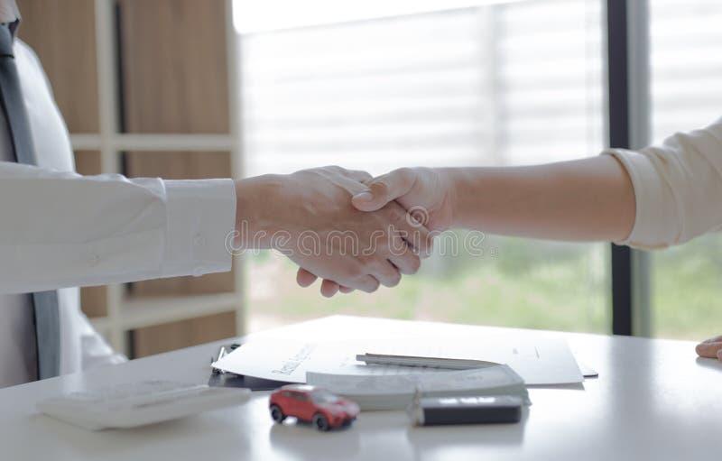 Ambos hombres de negocios felicitaron porque ambos hombres de negocios han alcanzado y los resultados más altos alcanzados que imágenes de archivo libres de regalías